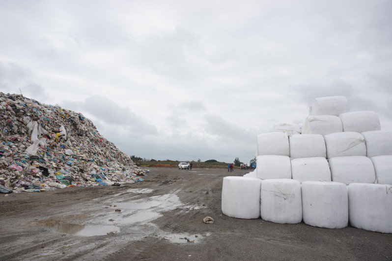 新豐掩埋場目前已堆置約5萬多露天垃圾及2萬噸打包垃圾,預計至2023年底垃圾暫置量恐達20萬噸。記者陳斯穎/攝影