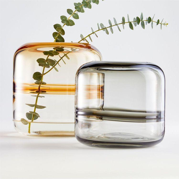 Daydream玻璃花器1,150元(黑色S)、1,750元(琥珀色M)。圖/C...