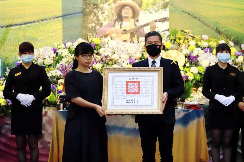 文化部長李永得代表頒贈總統褒揚令,由嚴詠能的夫人陳玟勳代表受贈。圖/文化部提供