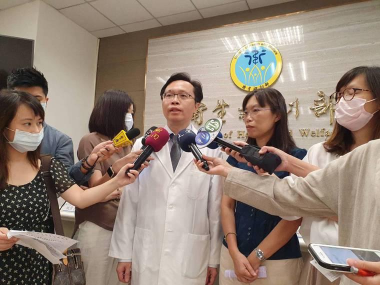 群體健康科學研究所研究員蔡慧如(右)與林口長庚兒童過敏氣喘風濕科醫師姚宗杰(左)...