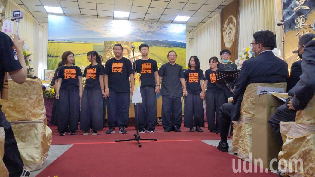 「打狗亂歌團」團員在追思會上演唱歌曲緬懷嚴詠能。記者陳弘逸/攝影