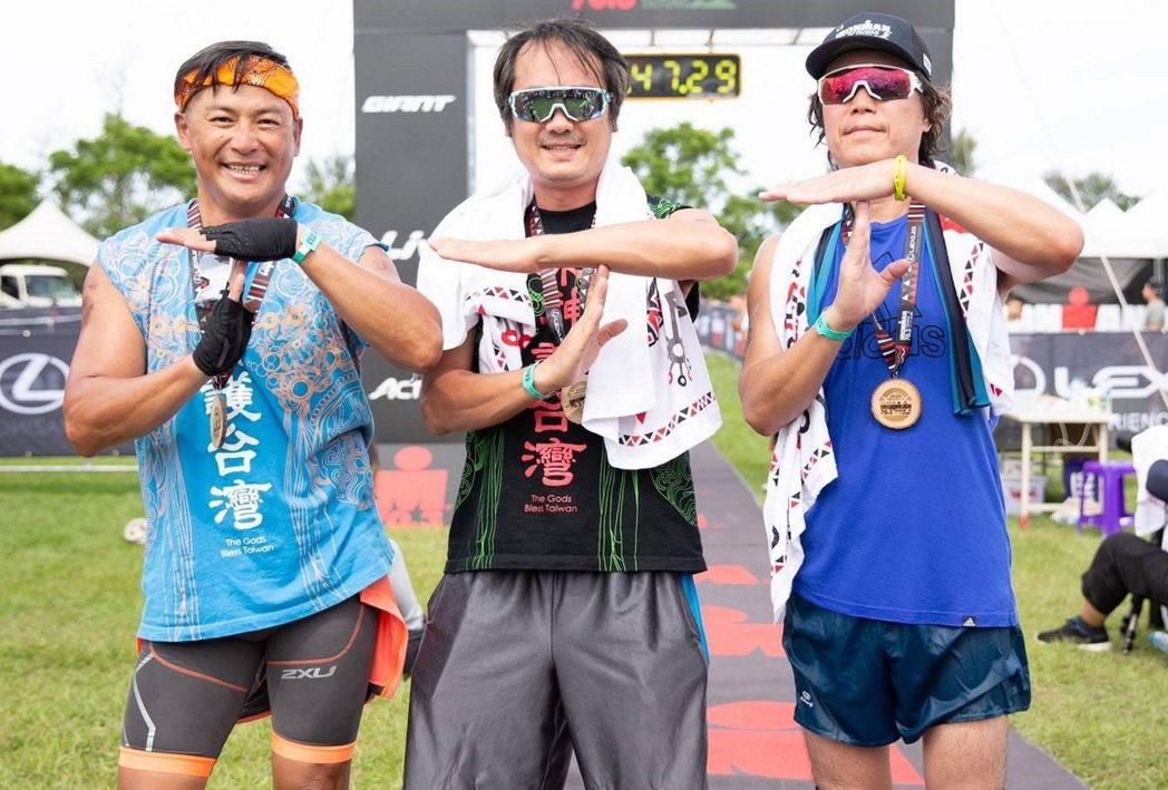 江宏恩(左起)、白董、吉董接力完成鐵人三項比賽。圖/台灣鐵人三項公司提供