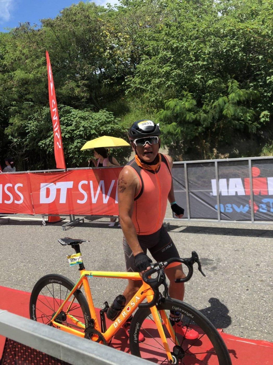江宏恩在烈日下比賽單車賽段。圖/台灣鐵人三項公司提供