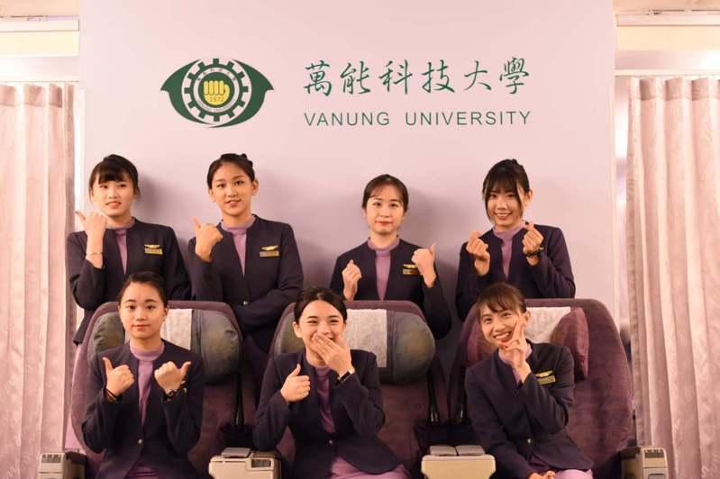 參加訓練營的高中職學生合在萬能科大航服系模擬機艙教室合影,一身空服員裝也是他們踏入職場第一志願。圖/萬能科技大學提供