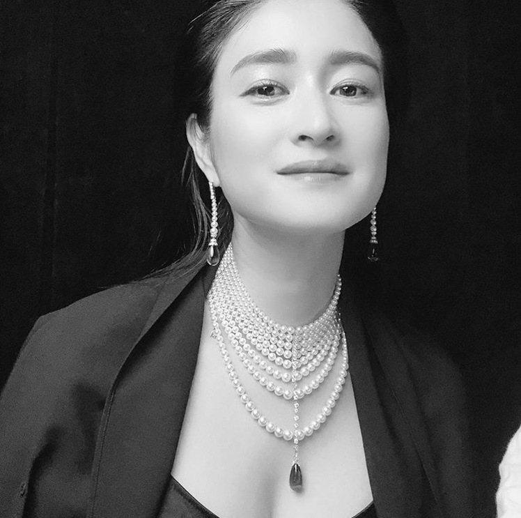 日本女星小雪MIKIMOTO頂級珠寶系列丹泉石珍珠鑽石頸鍊。圖/取自IG @ko...