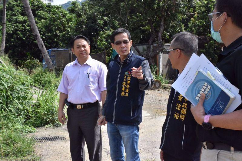台中市經濟發展局長張峯源(左二)上午到太平親自面對廠商,解決問題;他的作風也在企業界傳出好口碑。圖/取自張峯源臉書