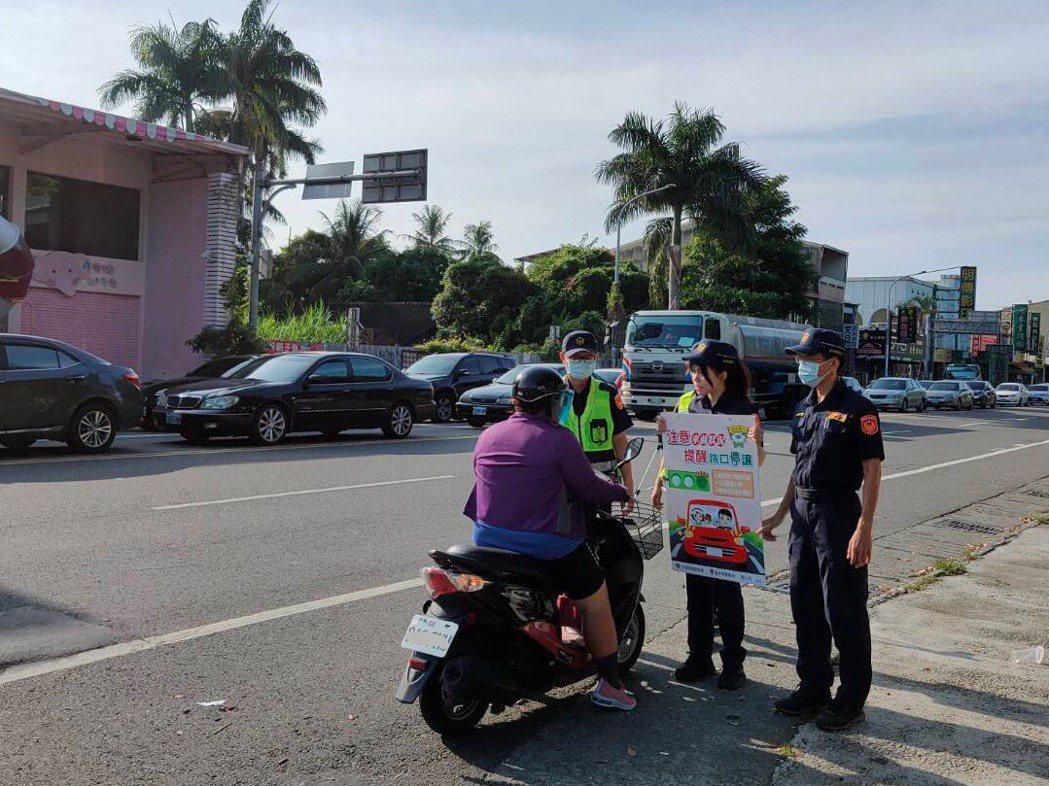 雲林縣警察局重要路口擴大執法上路兩周,交通隊仍不斷宣導新制法規,強化駕駛及行人尊...