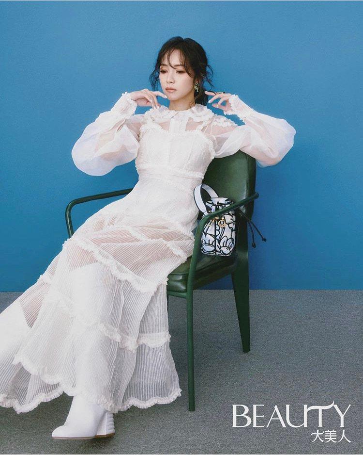 侯佩岑配戴卡地亞高級珠寶登上時尚雜誌。圖/取自IG @houpatty