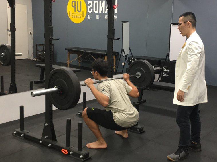 在健身房獨立進行訓練,注意器材使用前後用酒精消毒,與人保持社交距離即可;但若在健...