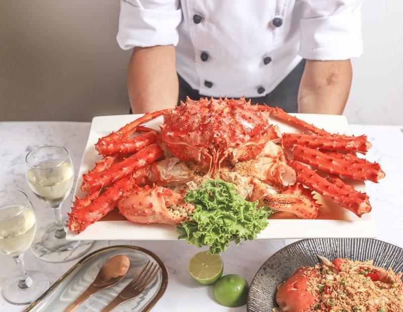 民眾可享帝王蟹加購優惠,每隻2,399元。圖/豐food海陸百匯提供