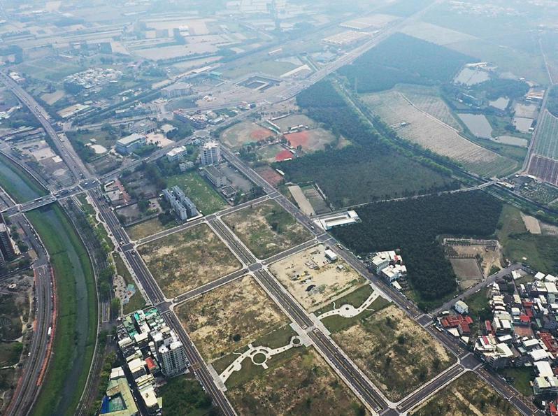 高雄岡山87期重劃區空拍圖,其中1.3公頃土地會用來興建700戶社會住宅,未來只租不賣。圖/市府都發局提供