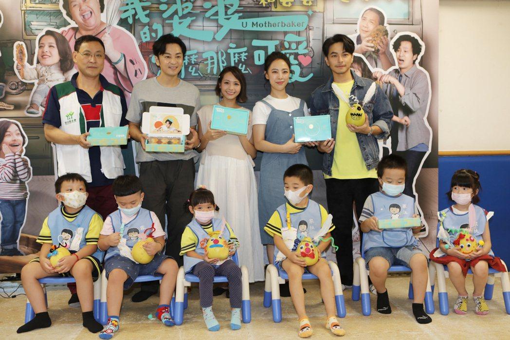 楊銘威(後右起)、林筳諭、黃姵嘉、張書偉到家扶發展學園做公益。圖/公視提供