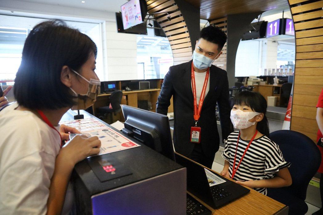 參加AirAsia小小航空體驗班的孩子們可在報到櫃台幫爸媽辦理checkin手續...