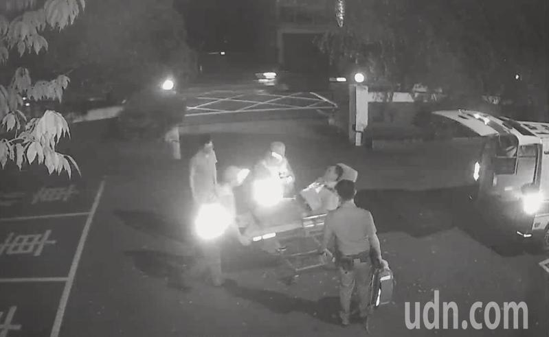 救護隊員送男子到醫院。記者鄭國樑/翻攝