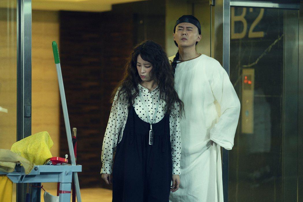 狄志杰(右)演的清朝鬼拜託歐陽妮妮替他找「同心結」。圖/麗象影業提供