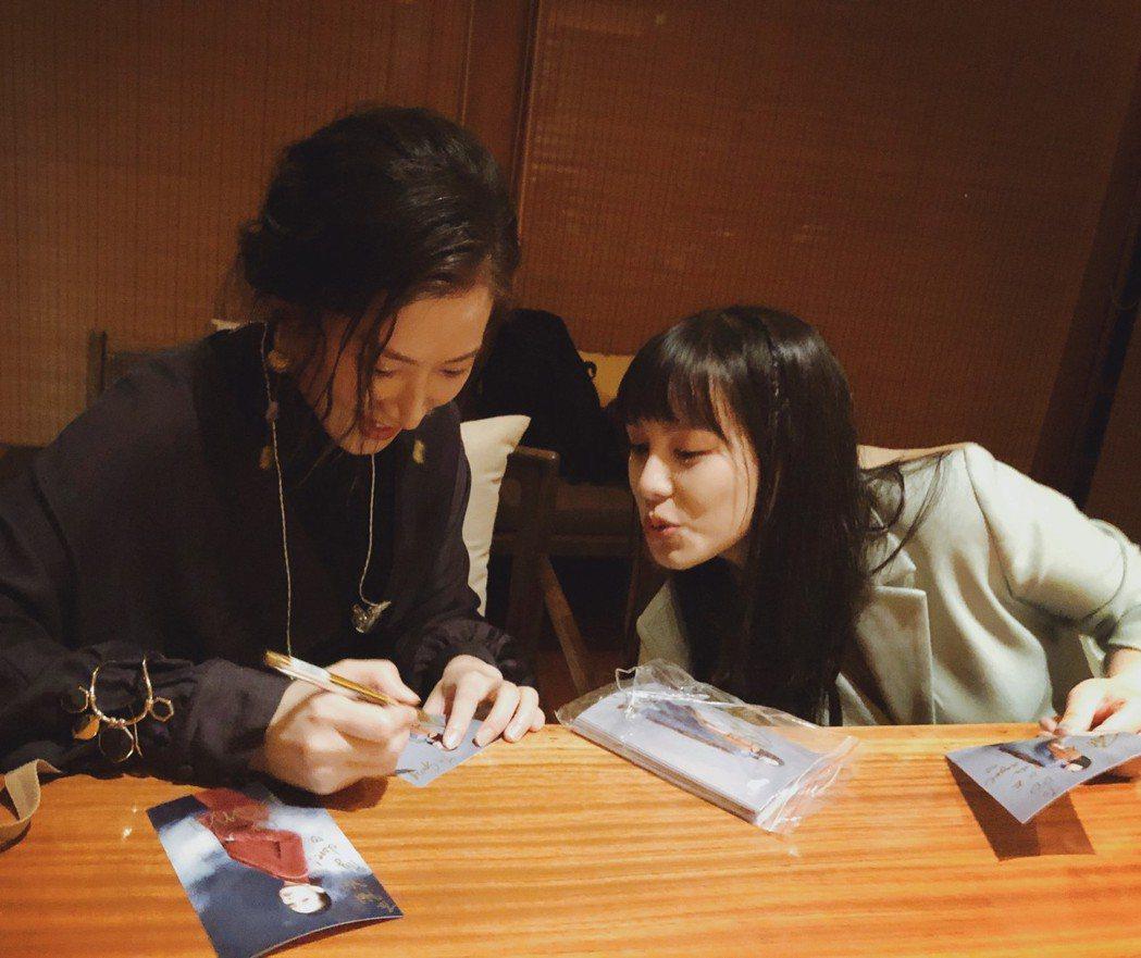 孔藝弦(左)與王詩安赴雲南同台。圖/賦音樂提供