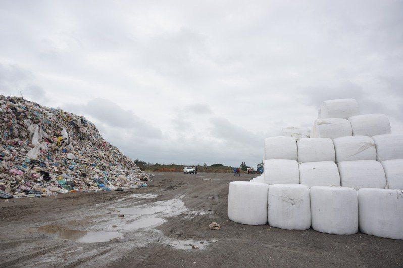 新豐掩埋場已堆置約5萬多噸露天垃圾及2萬噸打包垃圾,縣府將提升暫存場的空間與效能,降低對環境的危害。記者陳斯穎/攝影
