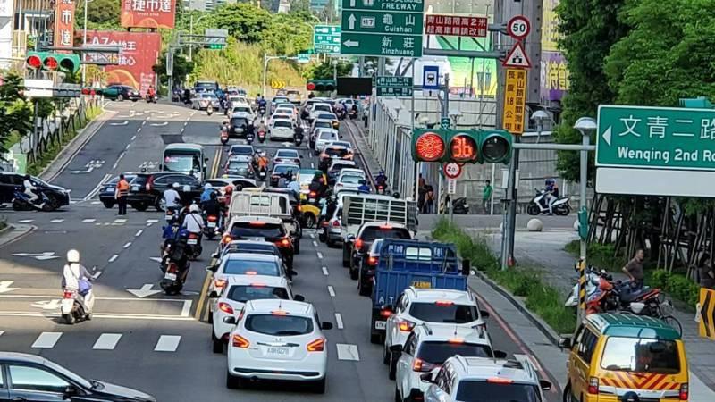 桃園市龜山區文青里聯外道路仰賴文青路,導致交通嚴重壅塞,上下班時段車流回堵嚴重。圖/文青里長簡僑亨提供