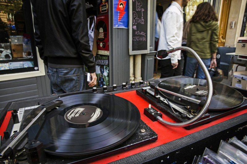 黑膠唱片銷售額,自80年代以來首度超越CD。歐新社