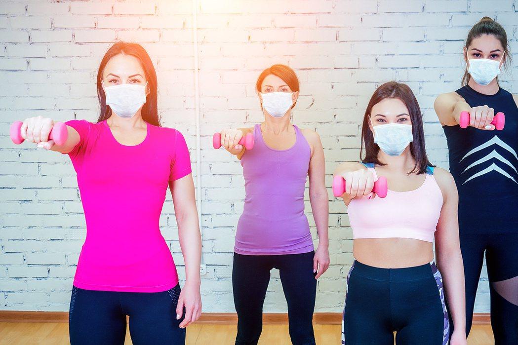 在健身房上團體課,建議戴上口罩,保持社交距離。圖╱123RF