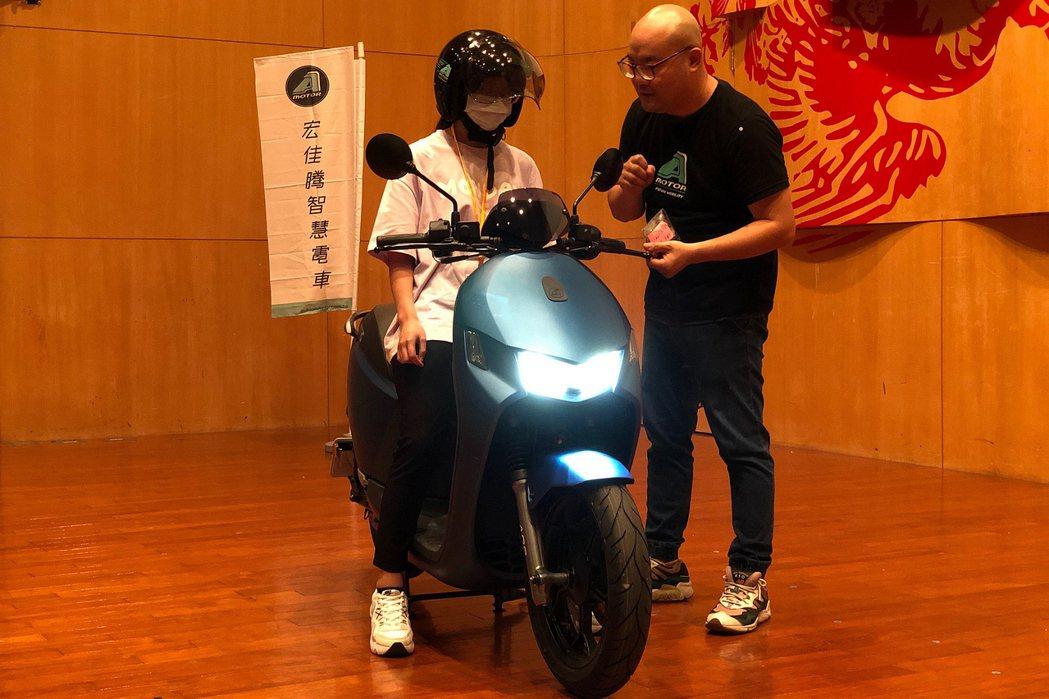 宏佳騰智慧電車安駕講師與同學分享正確的騎乘觀念。 圖/宏佳騰提供