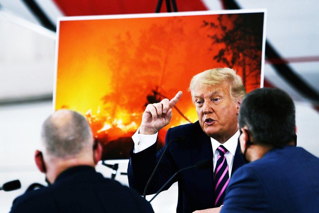 美國總統川普14日途經加州首府沙加緬度,首度視察2020年破紀錄肆虐的美國西岸森...