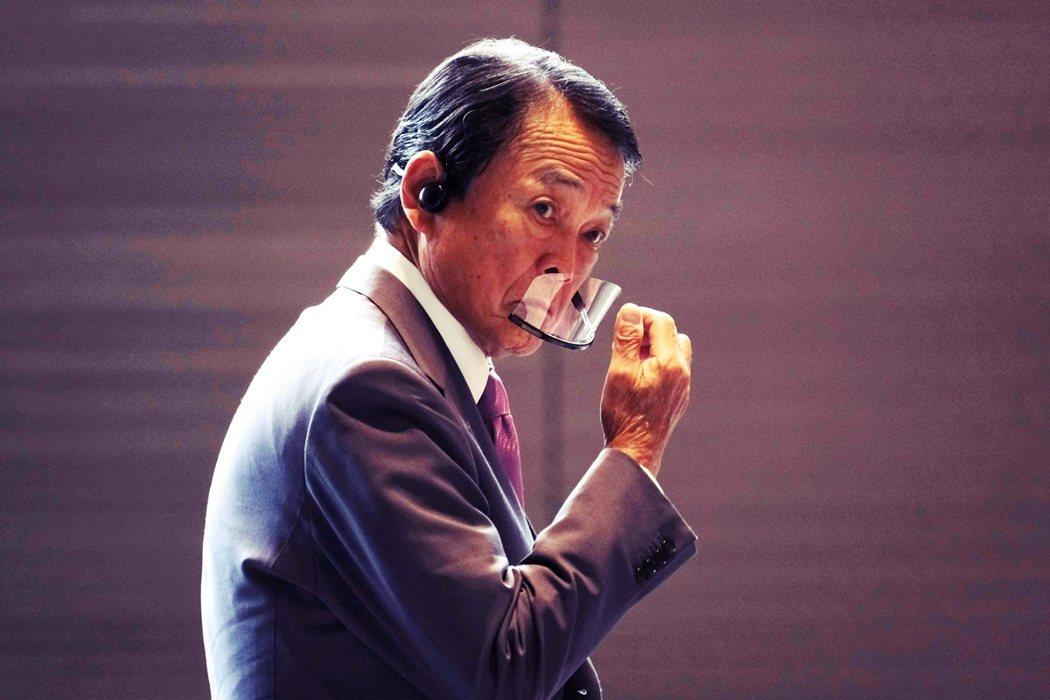 菅義偉當選自民黨總裁、準備將接任成為日本首相,麻生太郎(圖)續任副首相兼財務相,...