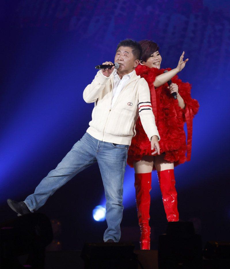 台語歌后詹雅雯(右)30周年巡迴演唱會在台北小巨蛋舉辦最終的感恩加場,衛福部長陳時中(左)擔任嘉賓現身演唱會。 圖/本報資料照片