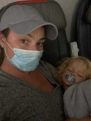 美國媽媽呼籲航空公司更有同理心:「畢竟這麼小的孩子,很難長時間戴口罩。」。圖/取自USA Today