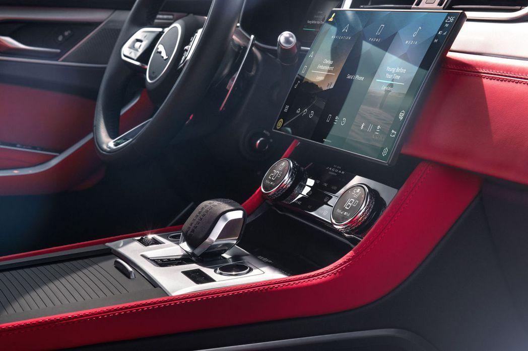 11.4吋無邊框、曲面玻璃高清觸控螢幕大大提升車室科技質感。 摘自Jaguar