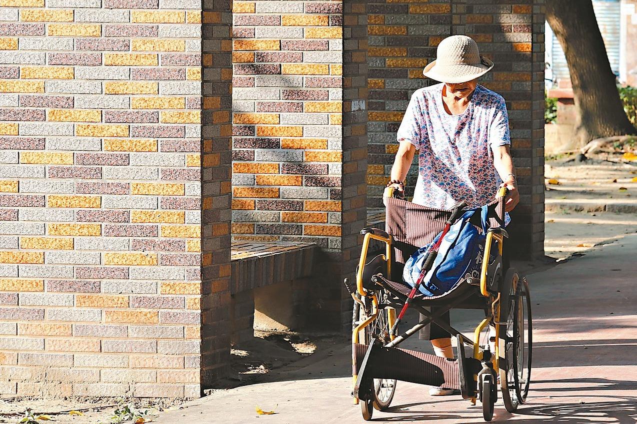 飯煮軟爛、幫推輪椅⋯⋯將父母老後交給外傭,為何反而會害了他們?