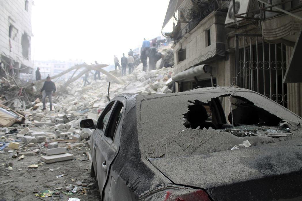 知道即將有飛彈來襲後,就要立刻躲入附近的建築物,為自己與爆炸地點間尋找遮蔽物。2013年攝於阿勒頗。 圖/路透社