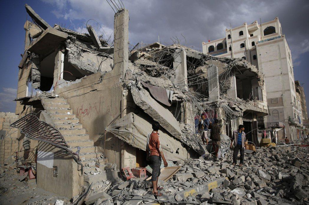 位處住宅密集區域時,一旦建物倒塌,便有可能被壓在下方,所以避難時要逃往二樓以上。2016年攝於葉門。 圖/美聯社