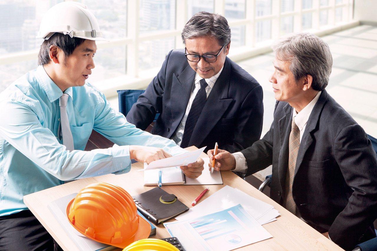 勞工退休後,通常能獲得兩筆退休所得:勞保的老年給付以及職業退休金,也就是所謂的勞...