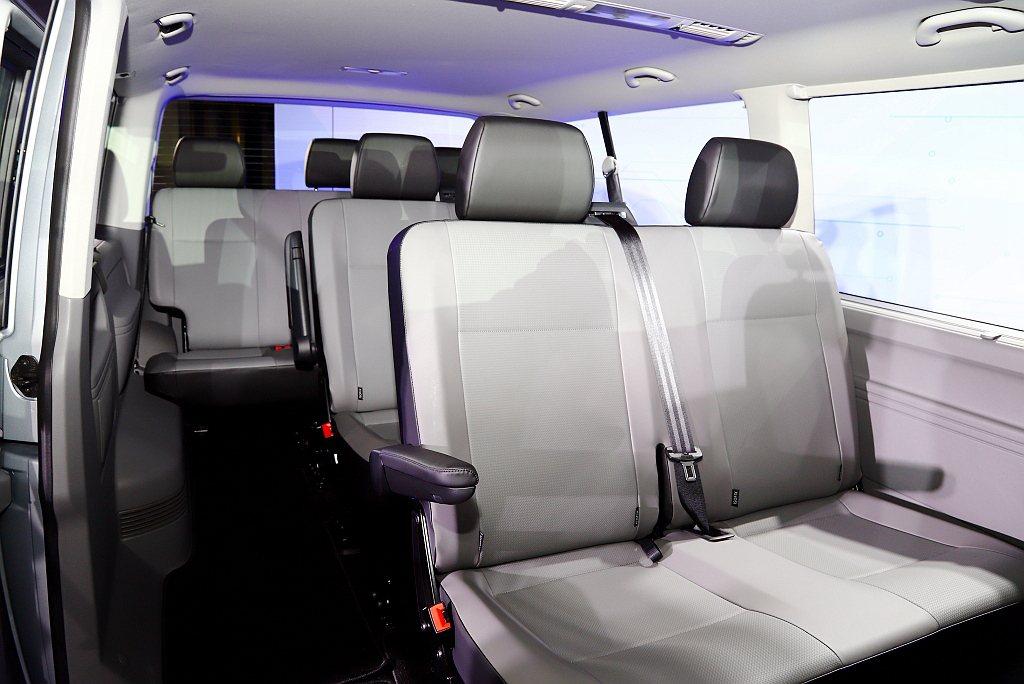 乘客艙座椅配置依長軸及短軸車型各有不同選擇:長軸車型可供買家選擇2/2/2/3或...