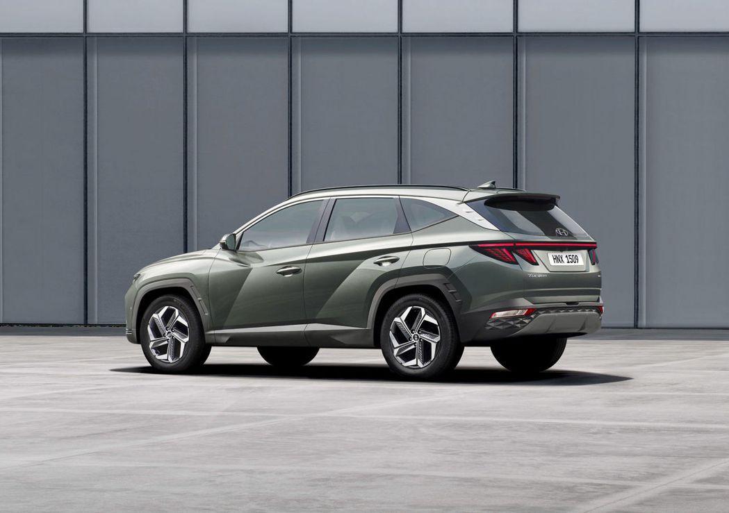第四代Hyundai Tucson車身尺碼加大,尤其車長增加了150mm達到4,...
