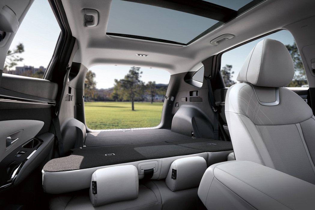 主打靈活空間使用的第四代Hyundai Tucson,後座在全數攤平後幾乎呈現完...