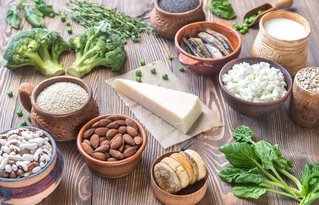 究竟該吃哪些食物才能有效攝取足夠的鈣質及維生素D呢? 圖/ingimage