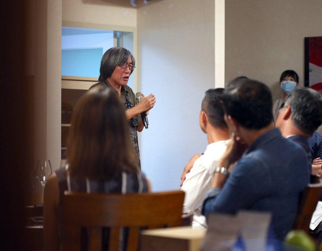 詹宏志(左)與朋友們一起品嚐「宣一宴南國變奏曲」,分享心境。記者林澔一/攝影
