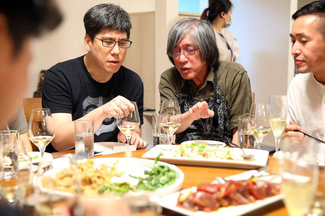 詹宏志(右二)以南國的食材製作宣一宴,馬世芳(左二)等好友一同品嘗。記者林澔一/...