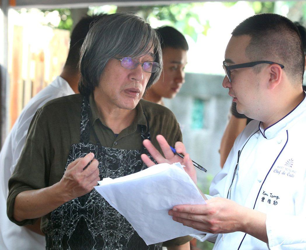 詹宏志(左)與曾楷勛討論宣一宴的製作。記者林澔一/攝影