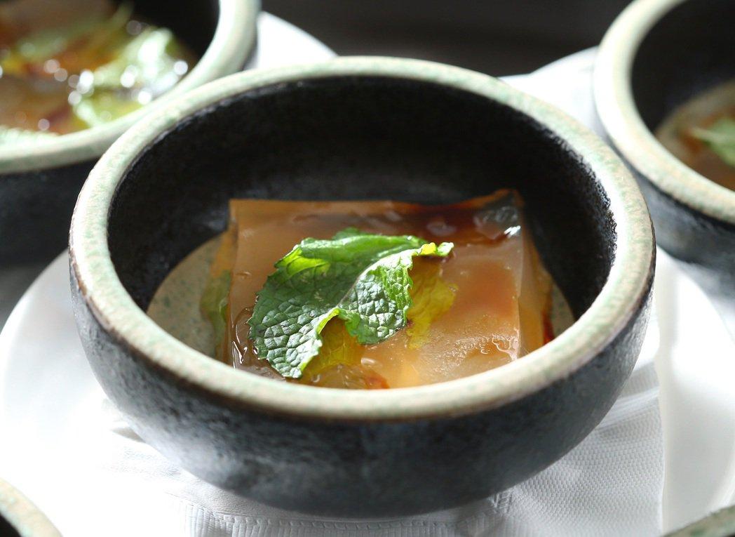 大武森雞湯蛤蜊凍。記者林澔一/攝影