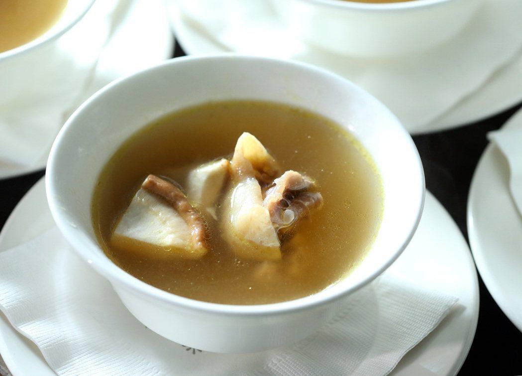 大武森雞咖哩水炊。記者林澔一/攝影