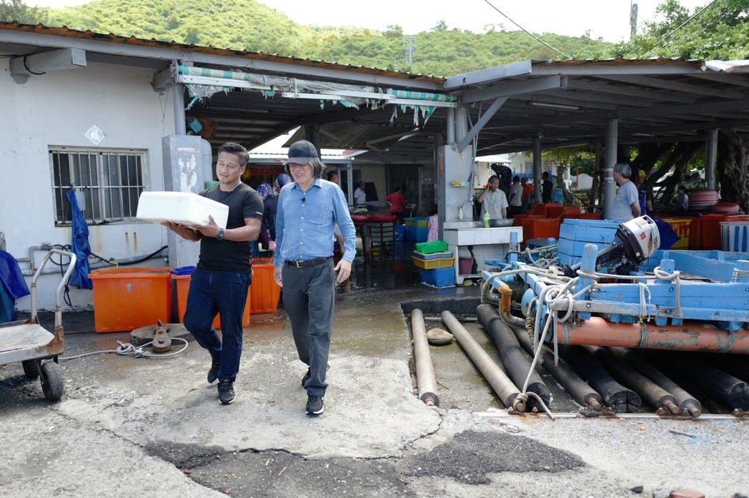 詹宏志在名廚彭天恩(左)領路下,到屏東找食材。圖/高琹雯提供