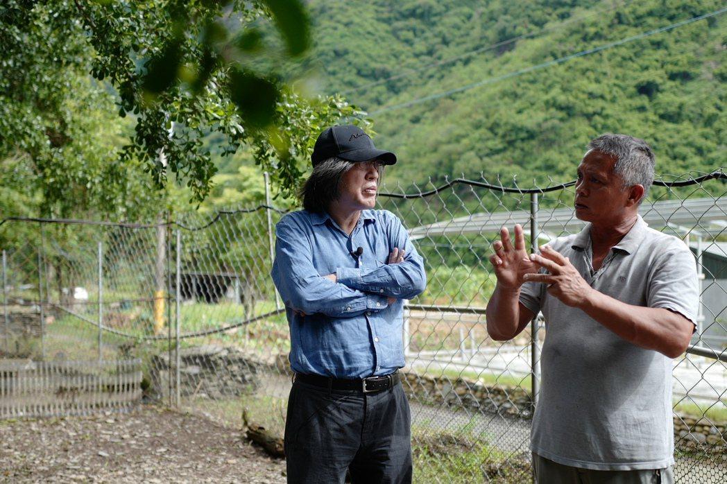 詹宏志到屏東部落看養雞場。圖/高琹雯提供