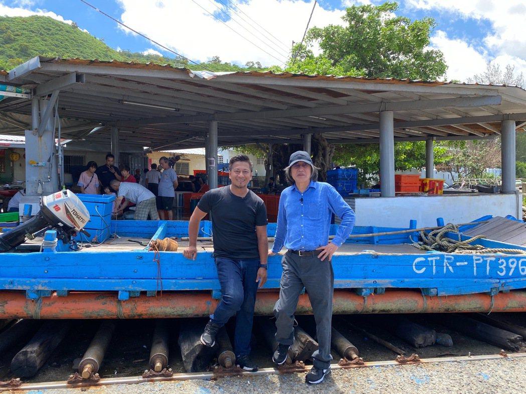 詹宏志與名廚彭天恩(左)到屏東漁港找魚。圖/陳志煌提供
