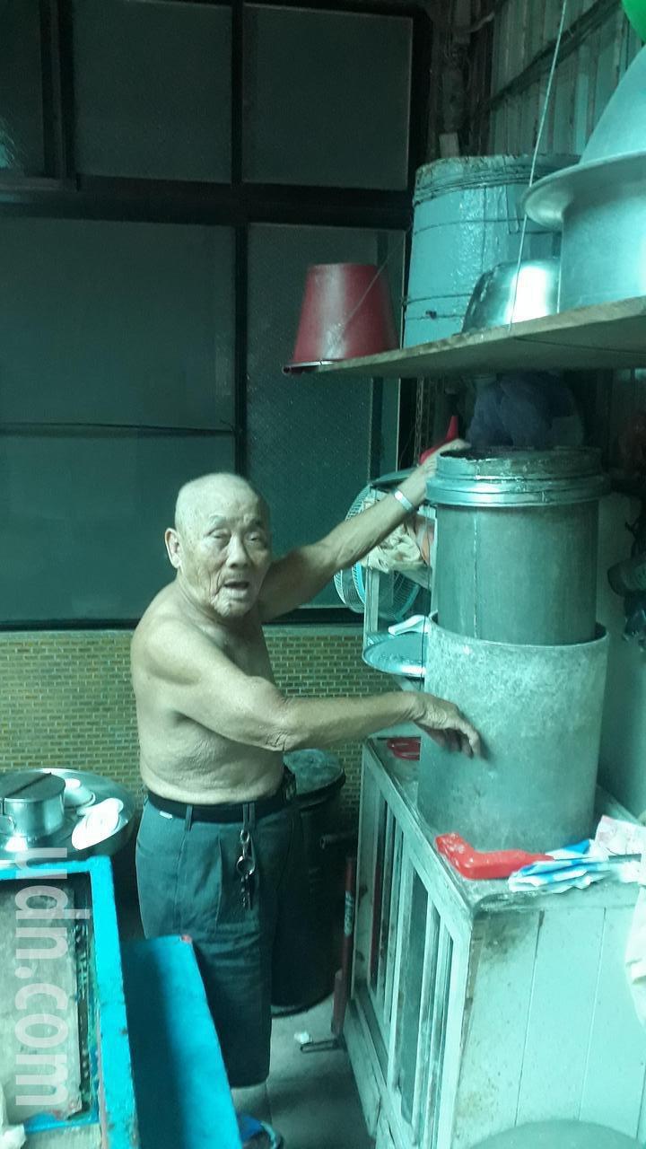 88歲豆花伯每天叫賣養活祖孫,傳有女子包買到月底6百杯,老人家覺得有點不方便。記者周宗禎/攝影