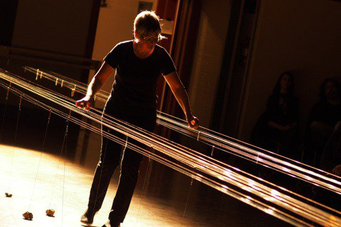 美國音樂家Ellen Fullman。 圖/取自ellenfullman.com...