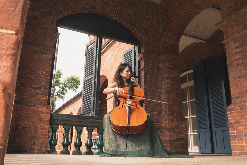 淡水紅毛城以浪漫風的音樂表演為主,圖中的跨界大提琴家張道文將至國定古蹟帶來世界級...