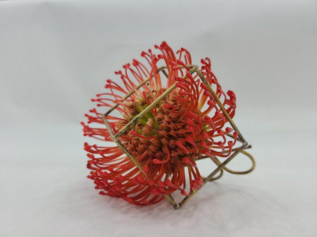 設計師林禎唯與金工藝術家李敏惠共同設計創作的花藝飾品。 萬能科大/提供。